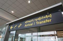 Informationspanel på den Burmese flygplatsen Arkivfoto