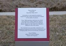 Informationsplatta för 'Contrails ', en rostfritt stålskulptur av Patrick Marold, förälskelsefält, Dallas, Texas arkivbilder