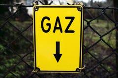 Informationsplatta om gas, på staketet Royaltyfri Foto