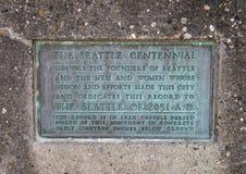 Informationsplatta på födelseort av den Seattle monumentet, Alki Beach, Seattle, Washington royaltyfria bilder
