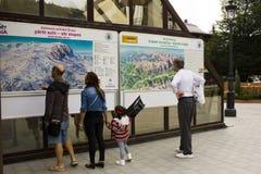 Informationspunkt från Sinaia himmelsemesterort Arkivbilder