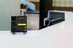 Informationspunkt i flygplatsen Telefon på informationsskrivbordet Fotografering för Bildbyråer