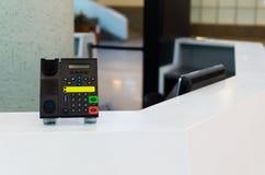 Informationspunkt im Flughafen Telefon auf der Auskunft Stockbild