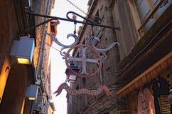 Informationsrahmen-Richtungsplatte, aufwändige Fahne Schönes traditionelles Haus in der Stadt von Mont Saint Michel-Abtei Lizenzfreies Stockbild