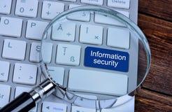 Informationssicherheit auf Tastaturknopf Stockbilder