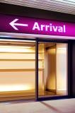 Informationssignage i modern flygplats arkivfoto