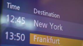 Informationssk?rm om ankomst och om avvikelse i flygplats lager videofilmer