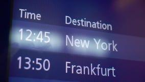 Informationssk?rm om ankomst och om avvikelse i flygplats stock video