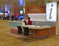 Informationsskrivbord på Changi flygplatsterminal 2 Arkivfoto