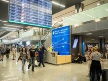 Informationsskrivbord på den Balice flygplatsen, Krakow, Polen Royaltyfri Bild