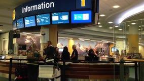 Informationsstation innerhalb YVR-Flughafens stock footage