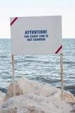 Informationstafel auf der Küstenlinie Stockbild