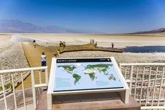 Informationstafel an Badwater-Becken, der tiefste Punkt in Nordamerika Lizenzfreie Stockfotografie
