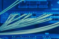 Informationstechnologie-Computernetzwerk Netzschalter und Ethernet-Kabel lizenzfreie stockfotografie