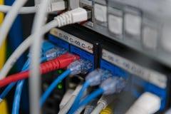Informationstechnologie-Computernetzwerk Netzschalter und Ethernet-Kabel stockfoto
