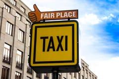 Informationstecken av en taxi och ett ganska ställe på bakgrunden av hus i Prague Royaltyfri Foto