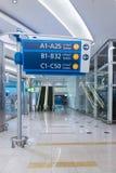 Informationstecken på flygplatsen Royaltyfri Bild