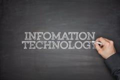 Informationsteknikbegrepp på svart tavla Arkivbild