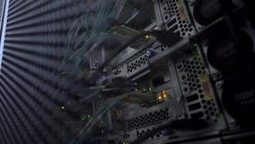 Informationsteknikdatornät Internetuppkoppling och telekommunikationer Kablar stänger sig upp stock video