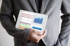 Informationsteknikfolket om affär arbetar Analytics för hårda data royaltyfri bild