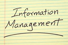 Informationsverwaltung auf einem gelben Kanzleibogenblock Stockfoto