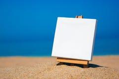 Informationsvorstand auf dem Strand Stockfotos