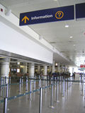 Informationszeichen an der Flughafenabflughalle Stockbild