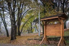 Informatives Brett gemacht vom Holz im Park stockbild