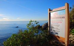 Informativt plakat på Moss Cove, Laguna Beach, Cal Arkivfoto
