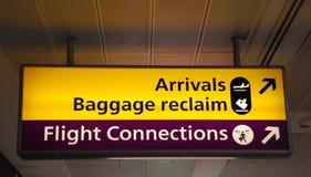 Informatorische Zeichen am Flughafen Stockfotos