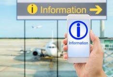 Informazioni con lo smartphone all'aeroporto Fotografia Stock