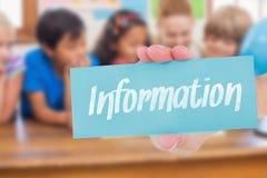 Informazioni contro gli allievi svegli e l'insegnante che sorridono alla macchina fotografica in aula Immagine Stock