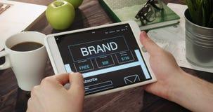 Informazioni di marca della lettura facendo uso della compressa digitale archivi video