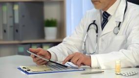 Informazioni di sorveglianza sulla compressa, consultazione online, sanità del medico maschio immagini stock libere da diritti