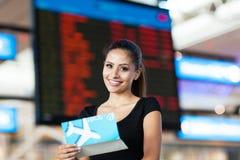 Informazioni di volo della donna di affari Fotografia Stock