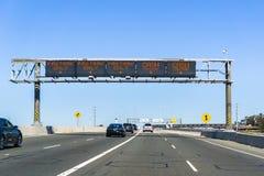 Informazioni Fastrak di designazione dei vicoli di traffico 0/e contanti prima della stazione autostradale fotografia stock libera da diritti