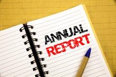 Informe anual Conceito do negócio para analisar o desempenho escrito no bloco de notas com espaço da cópia no fundo de madeira de Imagens de Stock Royalty Free