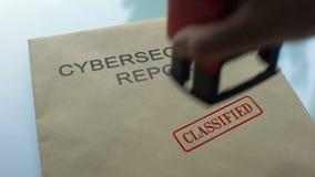Informe de Cybersecurity clasificado, sellando el sello en carpeta con el documento importante