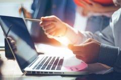 Informe de la idea del negocio Equipo de Digitaces que discute nuevo plan de funcionamiento Ordenador y papeleo en oficina del es imagenes de archivo