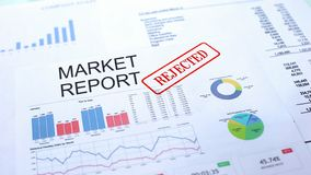 Informe de mercado rechazado, sello sellado en el documento oficial, proyecto del negocio fotografía de archivo
