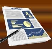 Informe de negocios en el escritorio Foto de archivo libre de regalías