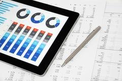 Informe de negocios en la tableta de Digitaces Imagen de archivo libre de regalías