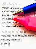 Informe de ventas con la pluma Fotografía de archivo libre de regalías