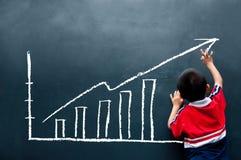 Informe de ventas del gráfico del muchacho sobre la pared Foto de archivo