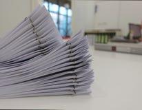 Informe del documento para encontrarse en el escritorio de oficina fotos de archivo libres de regalías