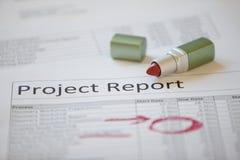 Informe del proyecto marcado para arriba con el lápiz labial Foto de archivo libre de regalías
