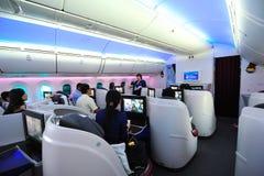Informe en la cabina Qatar Airways a bordo Boeing 787-8 Dreamliner de la clase de negocios en Singapur Airshow Imagen de archivo