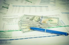 Informe financiero con concepto del negocio del dinero y de la pluma imagen de archivo libre de regalías