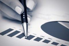 Informe financiero del mercado de acción del análisis de los gráficos Fotografía de archivo libre de regalías