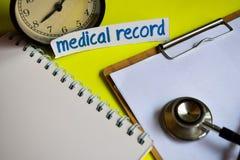 Informe médico en la inspiración del concepto de la atención sanitaria en fondo amarillo foto de archivo libre de regalías